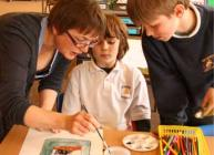 Photograph of artist Jean Duncan working with some of the Wormit PS pupils