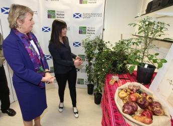 Environment Secretary Roseanna Cunningham visits the CPC (c) Hutton Institute
