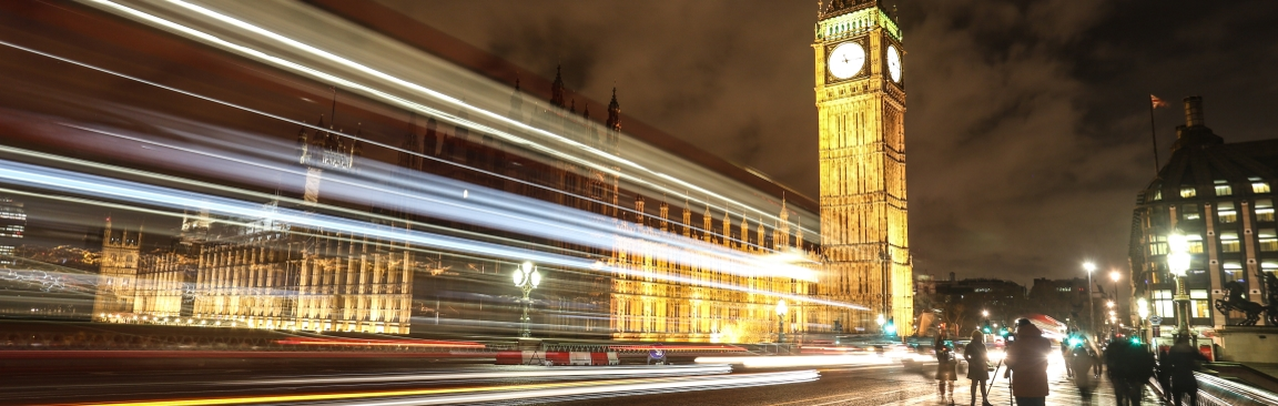 Palace of Westminster in London with nighttime traffic ( Image 昕 沈/Pixabay)