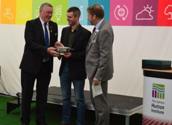 Richard Gospel receives the Best Soil in Show 2019 award